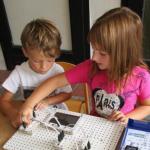Kinder proben mit Mini-Solar-Sets den Umgang mit Sonnenstrom